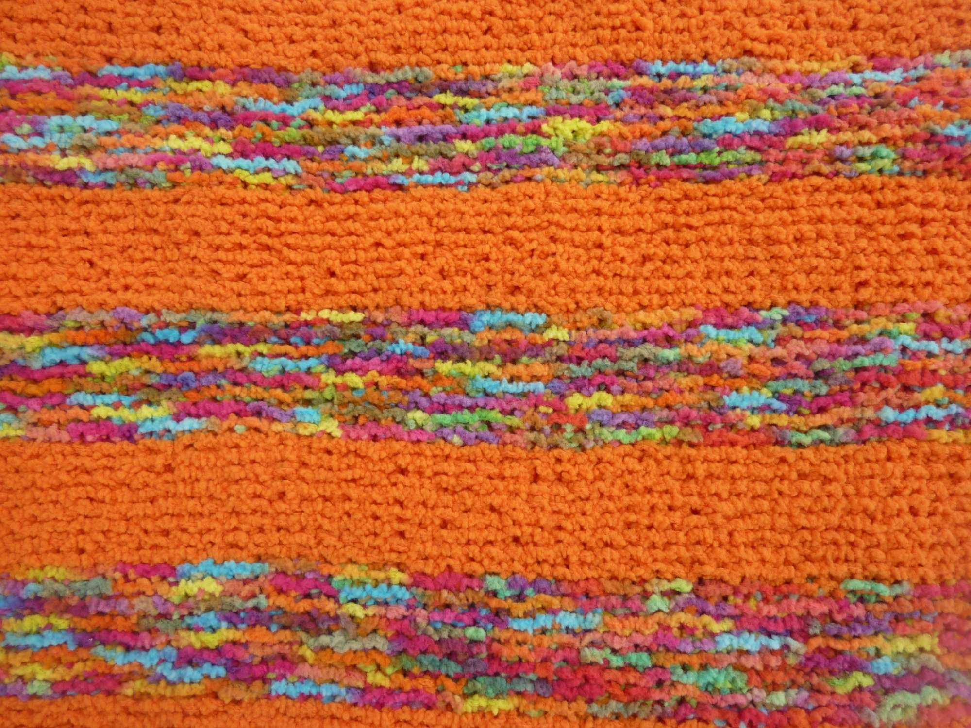Kleinesbild - Babydecke 81 x 81 cm flauschig weich Kinderwagendecke Krabbeldecke Decke handgestrickt orange und bunt gestreift