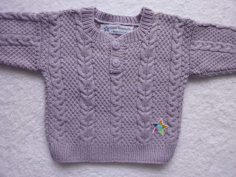 - Babypulli Gr. 74/80 in flieder aus Baumwolle mit Zopfmuster handgestrickt - Babypulli Gr. 74/80 in flieder aus Baumwolle mit Zopfmuster handgestrickt