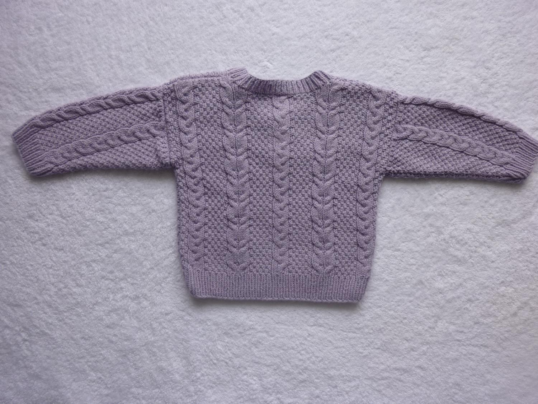 Kleinesbild - Babypulli Gr. 74/80 in flieder aus Baumwolle mit Zopfmuster handgestrickt