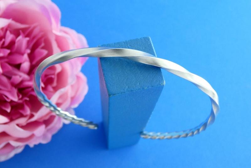 - asymmetrisch gedrehter Sterlingsilber-Armreif handgearbeitet aus Argentium® kaufen - asymmetrisch gedrehter Sterlingsilber-Armreif handgearbeitet aus Argentium® kaufen