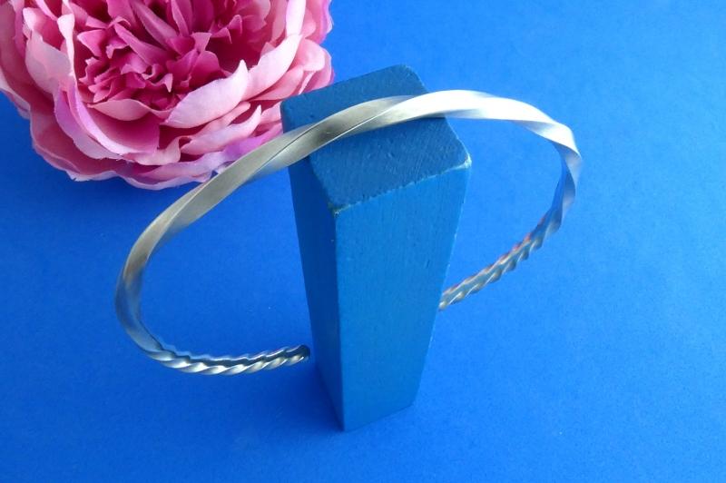 Kleinesbild - asymmetrisch gedrehter Sterlingsilber-Armreif handgearbeitet aus Argentium® kaufen