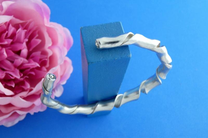 Kleinesbild - breiter offen gedrehter Sterlingsilber-Armreif handgearbeitet aus Argentium® kaufen