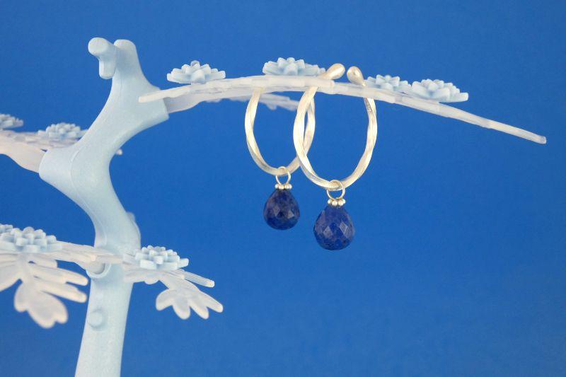 Kleinesbild - handgearbeitete Sterlingsilber-Ohrringe mit kleinen facettierten Dumortierit-Tropfen kaufen