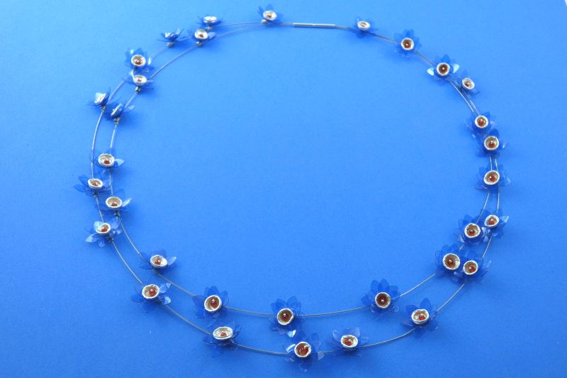 Kleinesbild - Collier blaue Seerosen handgefertigt aus Sterlingsilber und Carneolperlen kaufen