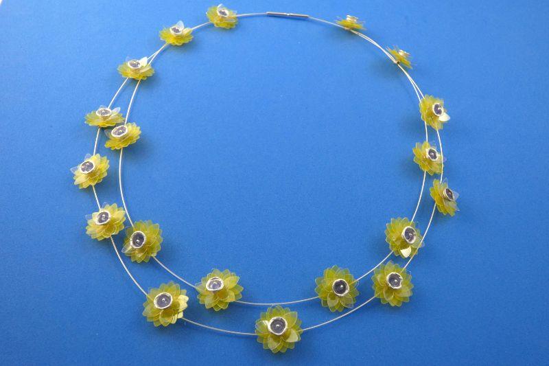 Kleinesbild - Collier gelbe Seerosen handgefertigt aus Sterlingsilber und Tansanitperlen kaufen