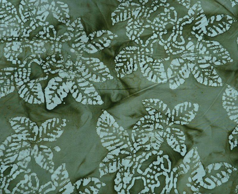 - ✂ Patchworkstoffe Meterware Batikstoff mit weißen Blättern auf grünem Hintergrund - ✂ Patchworkstoffe Meterware Batikstoff mit weißen Blättern auf grünem Hintergrund