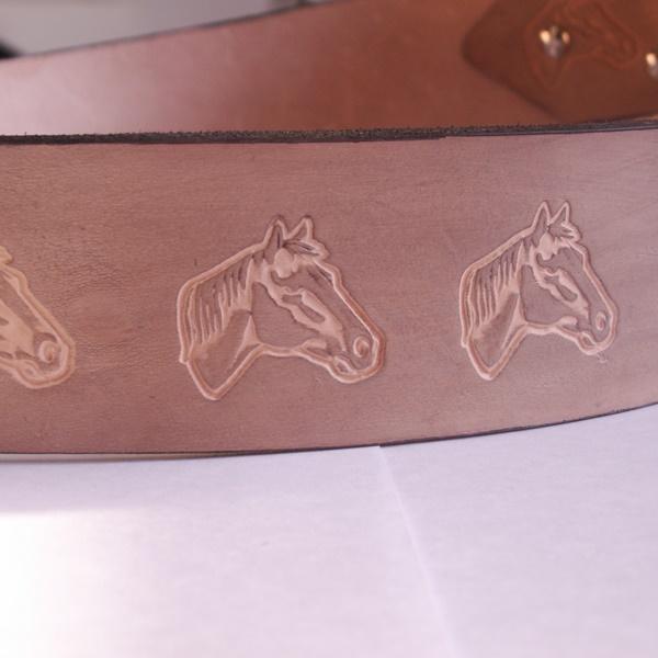 Kleinesbild - Pferde - Ledergürtel mit silberfarbener Schnalle Pferdeköpfe , Schnalle auswechselbar