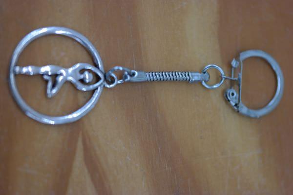 - Schlüsselanhänger mit Yoga-Frau    - Schlüsselanhänger mit Yoga-Frau