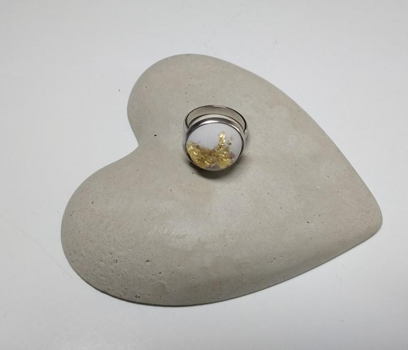 Kleinesbild - Beton Cabochon Ring mit gold verziert