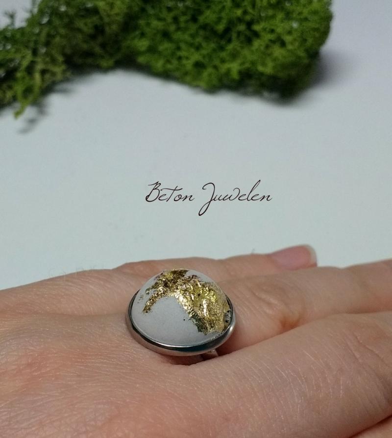 - Beton Cabochon Ring mit gold verziert - Beton Cabochon Ring mit gold verziert