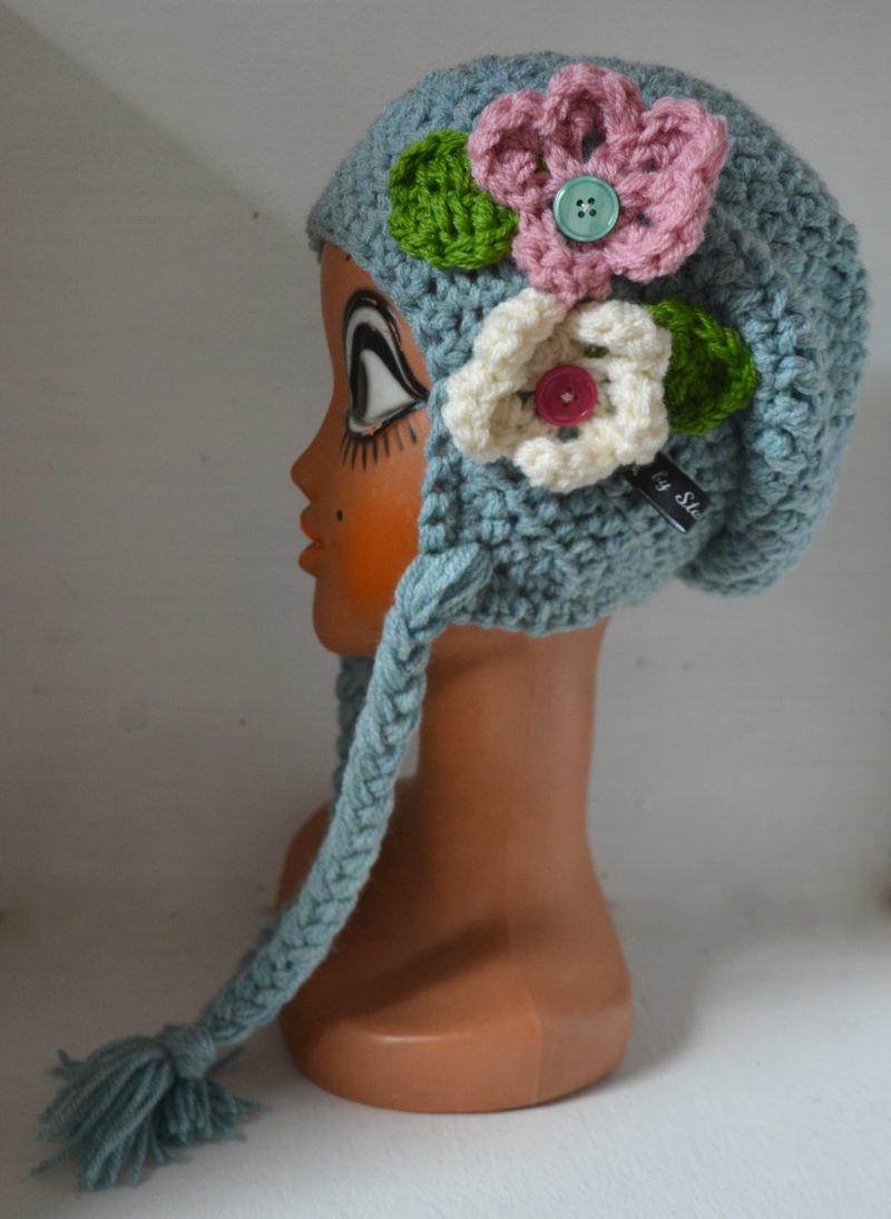 Kleinesbild - Einzigartige Häkelmütze Ohrenklappenmütze SLOUNCHY mit Slounch und Zöpfen eisblau