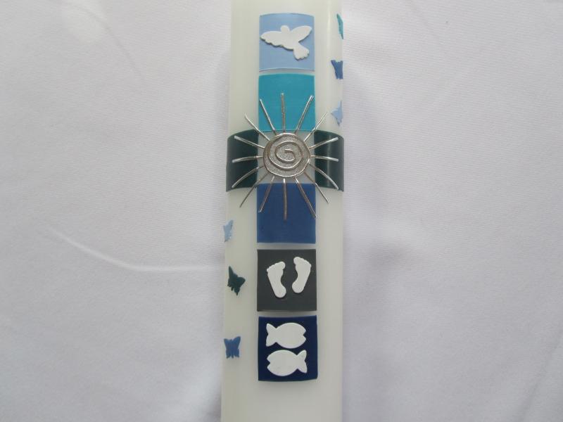 Kleinesbild - Taufkerze buntes Kreuz blau -türkis-grau mit Sonne und weißen Symbolen