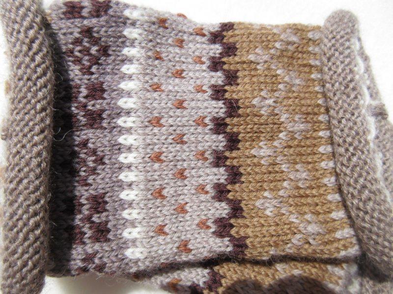 Kleinesbild - Pulswärmer Franka in warmen Erdtönen - gestrickte Armstulpen in nordischen Fair Isle Mustern