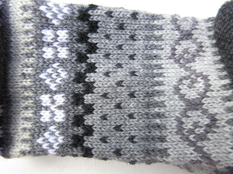 Kleinesbild - Pulswärmer in sanften Grautönen - gestrickte Armstulpen in nordischen Fair Isle Mustern