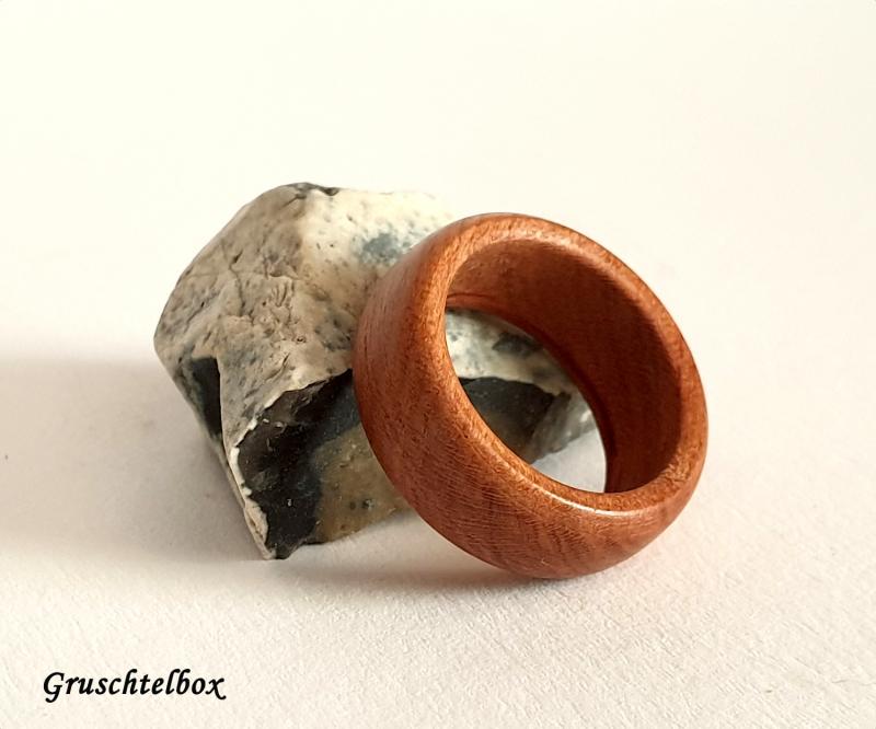 - gedrechselter Holzring, Zwetschgenholz gewachst, Ringgrösse 55 - gedrechselter Holzring, Zwetschgenholz gewachst, Ringgrösse 55