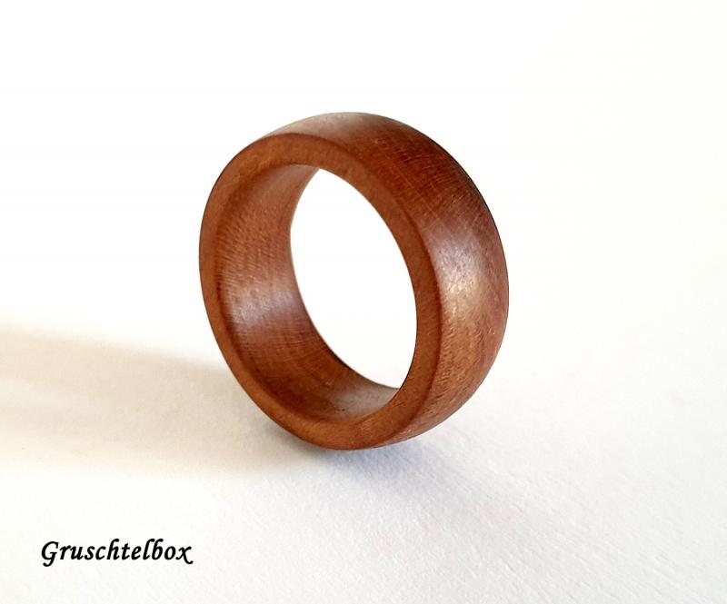 Kleinesbild - gedrechselter Holzring, Zwetschgenholz gewachst, Ringgrösse 64