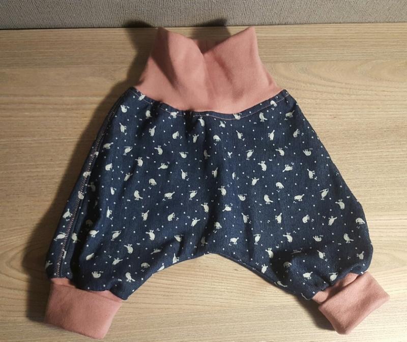 Kleinesbild - Pumphose, Gr. 62, Mitwachshose genäht aus Jeans mit Vögel in blau /rose