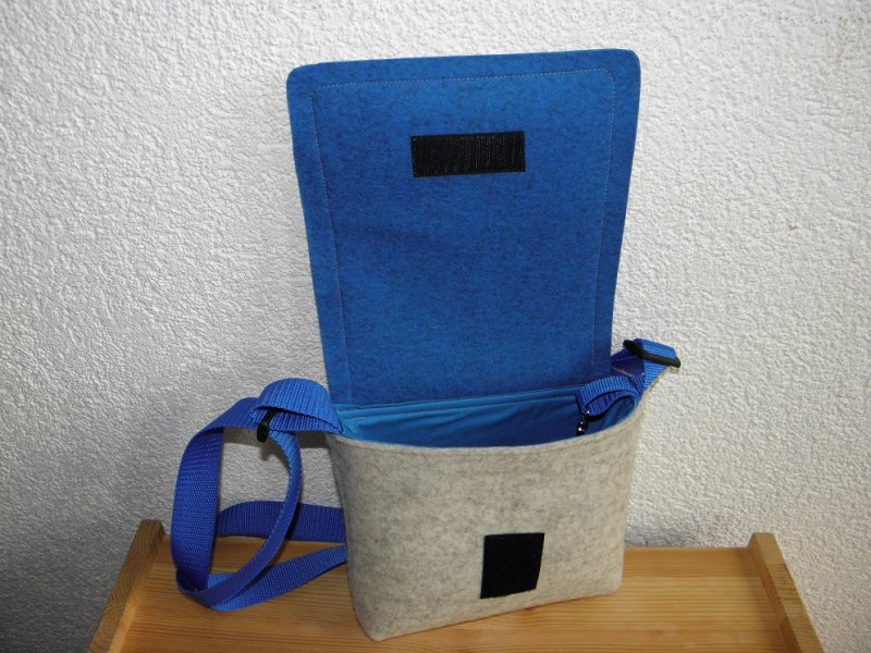 Kleinesbild - Dirndltäschchen, Dirndltasche, blau, weiß, aus Wollfilz mit Kaffeekapsel zum Umhängen, Unikat, handgemacht von Dieda