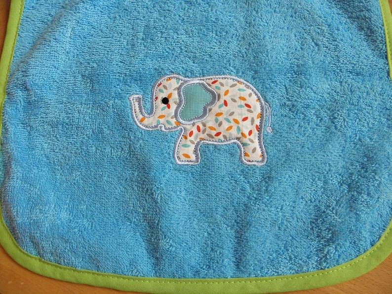 - Riesenschlupflatz bestickt mit Elefantenapplikation und Name - Riesenschlupflatz bestickt mit Elefantenapplikation und Name