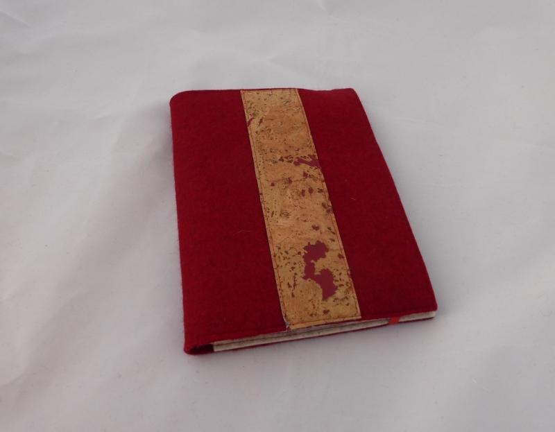 - Schreibmappe DIN A5 für Schreibblöcke aus Wollfilz in rot, mit Korkstoff, eine Dieda - Schreibmappe DIN A5 für Schreibblöcke aus Wollfilz in rot, mit Korkstoff, eine Dieda