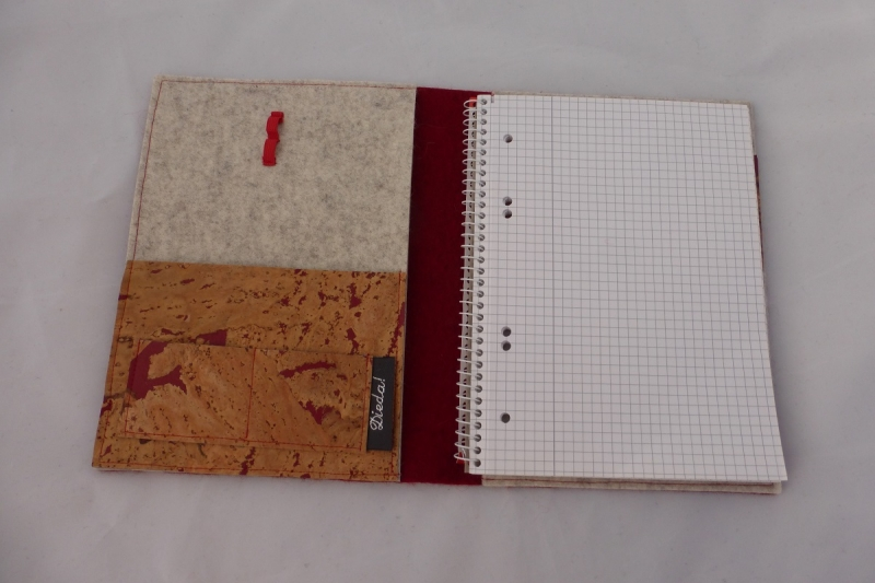 Kleinesbild - Schreibmappe DIN A5 für Schreibblöcke aus Wollfilz in rot, mit Korkstoff, eine Dieda