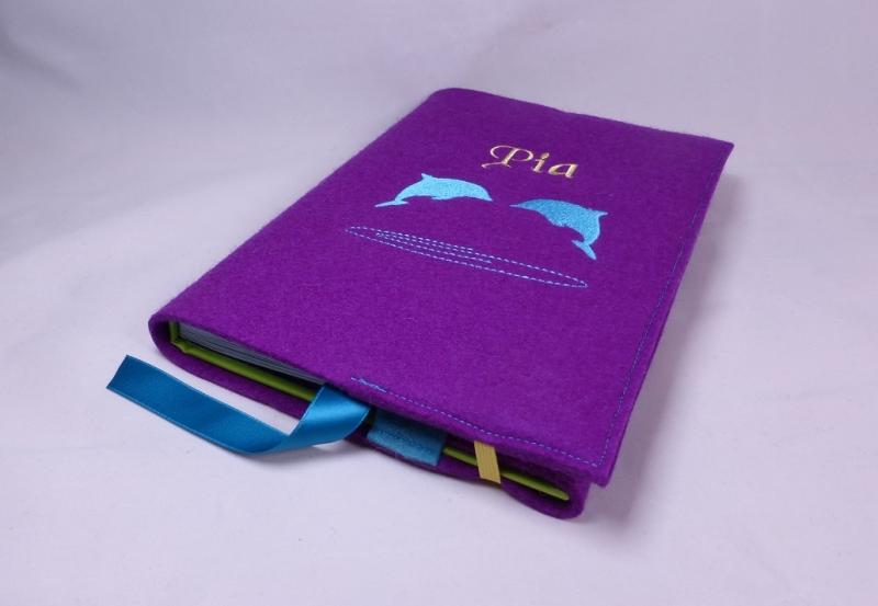 Kleinesbild - Buchhülle, für Mädchen, bestickt, Delphine, lila, türkis, personalisiert, Wollfilz, handgemacht von Dieda!