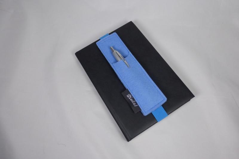 Kleinesbild - Stifthalter, Stifthalterung, blau, aus Wollfilz mit Gummiband zur Befestigung an Notizbuch, Kalender, DIN A5, handgemacht von Dieda