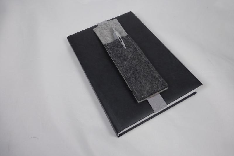 Kleinesbild - Stifthalter, Stifthalterung, grau, aus Wollfilz mit Gummiband zur Befestigung an Notizbuch, Kalender, DIN A5, handgemacht von Dieda