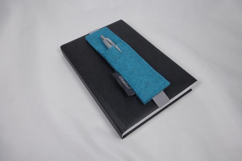 Kleinesbild - Stifthalter, Stifthalterung, türkis, aus Wollfilz mit Gummiband zur Befestigung an Notizbuch, Kalender, DIN A5, handgemacht von Dieda