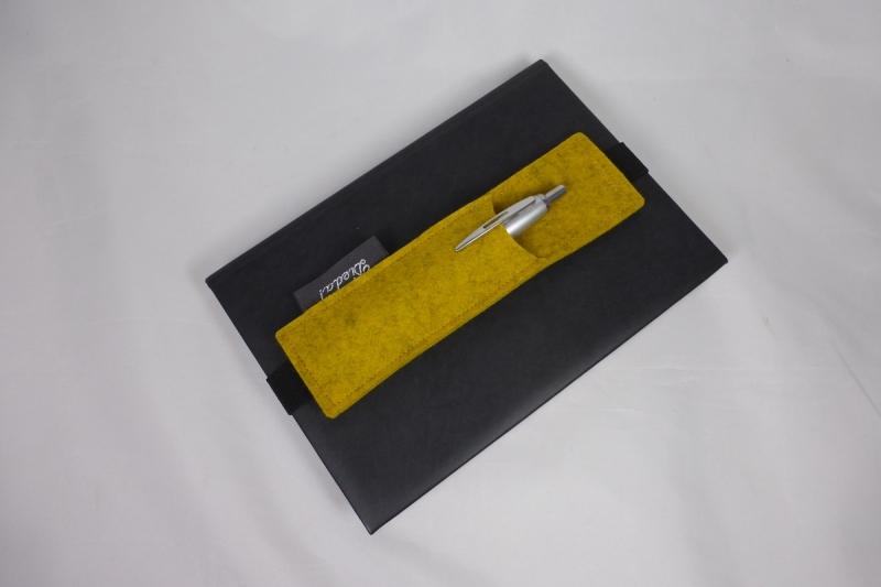 Kleinesbild - Stifthalter, Stifthalterung, gelb, aus Wollfilz mit Gummiband zur Befestigung an Notizbuch, Kalender, DIN A5, handgemacht von Dieda