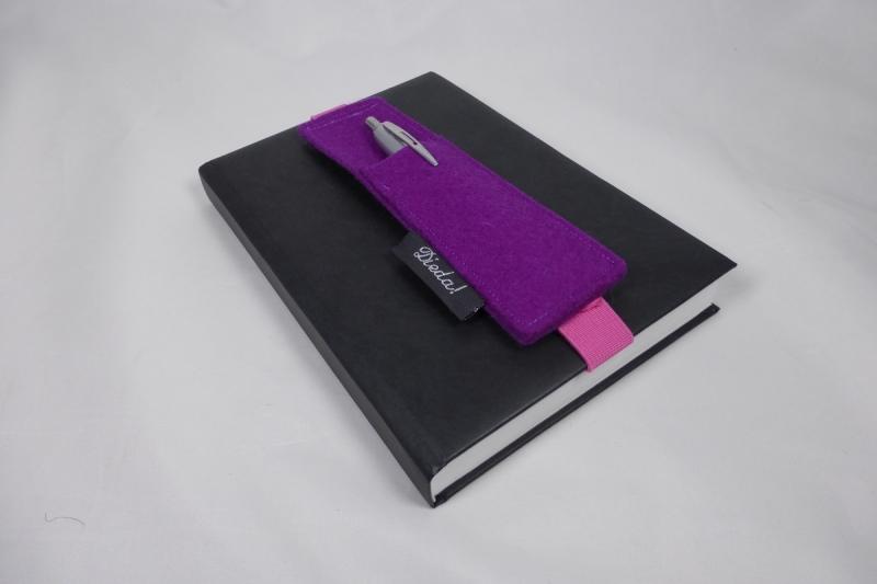 Kleinesbild - Stifthalter, Stifthalterung, lila, aus Wollfilz mit Gummiband zur Befestigung an Notizbuch, Kalender, DIN A5, handgemacht von Dieda
