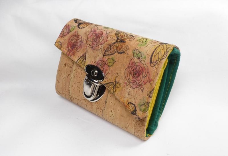 Kleinesbild - Minigeldbeutel, Geldbörse, Portolino, aus Korkstoff natur, Schmetterlinge und Rosen, Innen grün und gelb, 6 Kartenfächer, handgemacht von Dieda