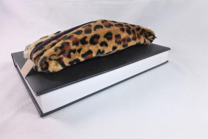 Kleinesbild - Mäppchen, Stifthalterung, Brillenetui als Lesezeichen verwenden, Leopard Fellimitat, mit Gummiband zur Befestigung an Notizbuch, Kalender, Organizer, Tagebuch, Stiftetui, DIN A5, h