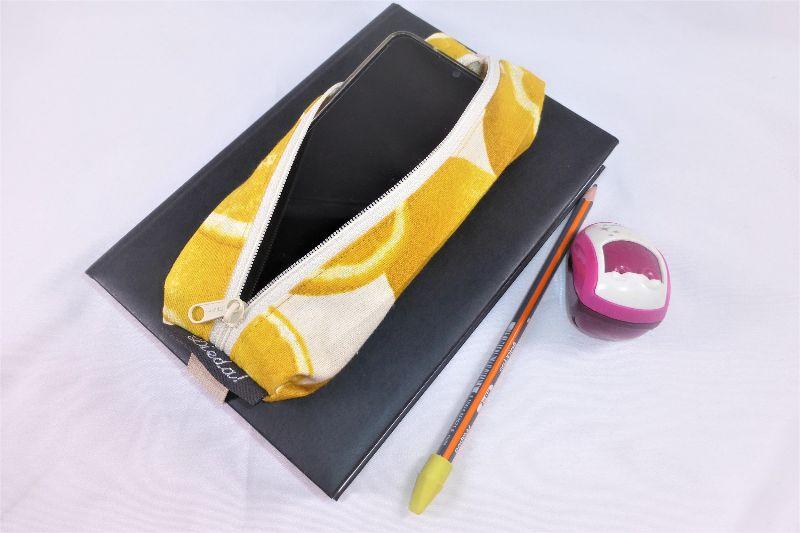 Kleinesbild - Lesezeichen mit Brillenetui, Mäppchen, Stifthalterung, Baumwolle, Zitronen, gelb, mit Gummiband zur Befestigung an Notizbuch, Kalender, Organizer, Tagebuch, Stiftetui, DIN A5, hand