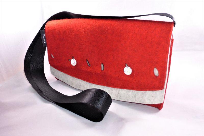 - kleine rote Umhängetasche für die Frau aus reinem Wollfilz mit Innentasche und Schlüsselfinder, handgemacht von Dieda - kleine rote Umhängetasche für die Frau aus reinem Wollfilz mit Innentasche und Schlüsselfinder, handgemacht von Dieda