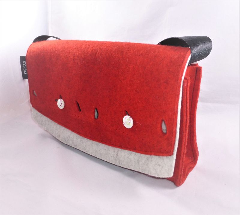 Kleinesbild - kleine rote Umhängetasche für die Frau aus reinem Wollfilz mit Innentasche und Schlüsselfinder, handgemacht von Dieda