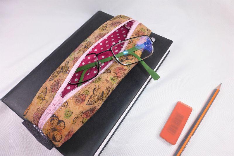 Kleinesbild - Lesezeichen mit Brillenetui aus Korkstoff Schmetterlinge mit Gummiband zur Befestigung an Notizbuch, Kalender, Organizer, Tagebuch, Stiftetui