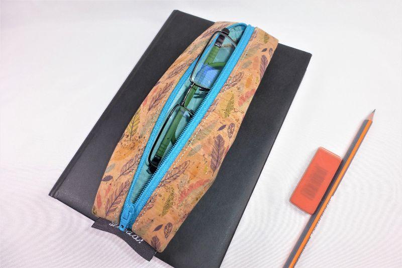 Kleinesbild - Lesezeichen mit Brillenetui aus Korkstoff Federn mit Gummiband zur Befestigung an Notizbuch, Kalender, Organizer, Tagebuch, Stiftetui