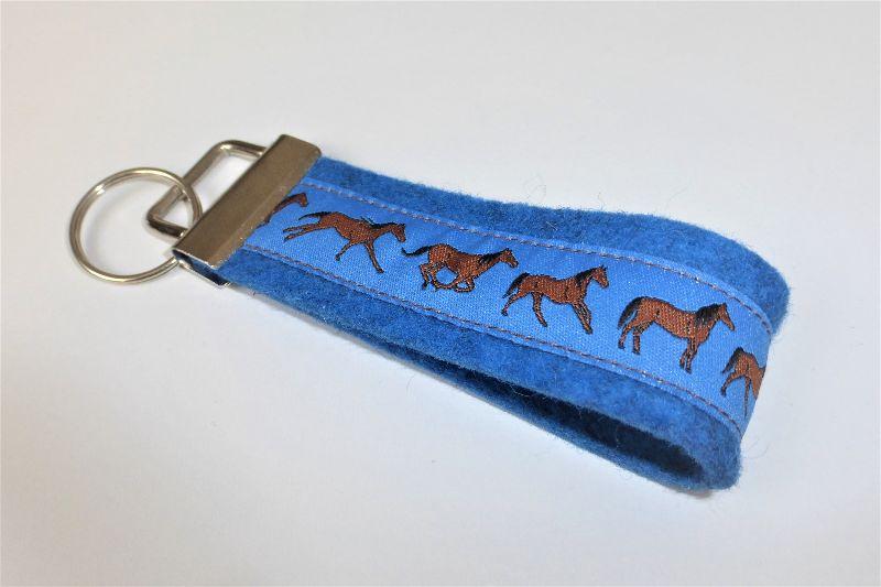 - 1 Schlüsselband aus blauem Wollfilz mit Webband Pferde, für Pferdeliebhaber, Reiter, 3 cm breit - 1 Schlüsselband aus blauem Wollfilz mit Webband Pferde, für Pferdeliebhaber, Reiter, 3 cm breit