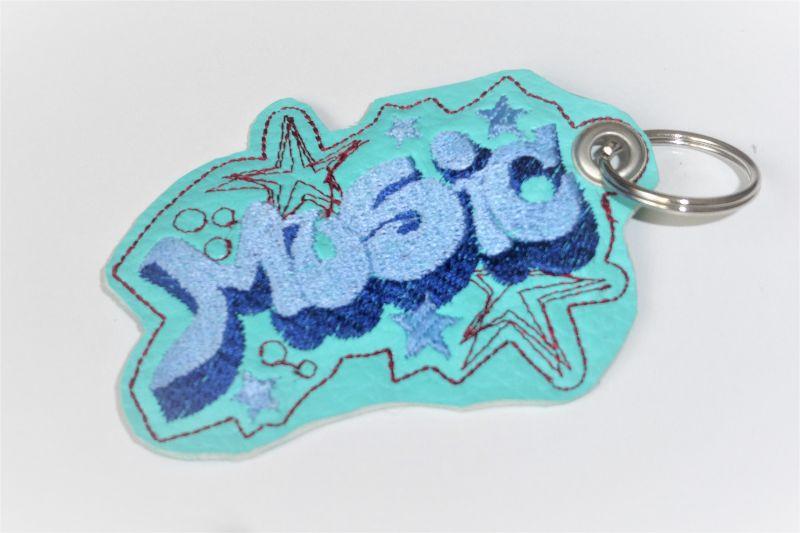 - 1 Schlüsselanhänger aus Kunstleder, türkis, bestickt, Musik, ein kleines Geschenk  - 1 Schlüsselanhänger aus Kunstleder, türkis, bestickt, Musik, ein kleines Geschenk