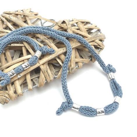 - Halskette Hellblau Silberperlen Trend Strickschmuck Baumwolle - Halskette Hellblau Silberperlen Trend Strickschmuck Baumwolle