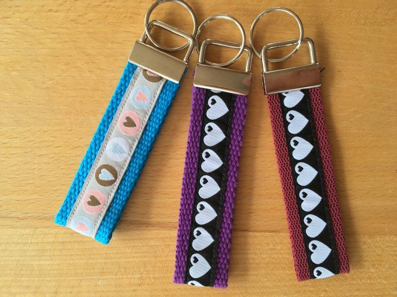 Kleinesbild - Schlüsselanhänger. Herzen ♥️ Pastell auf Türkis