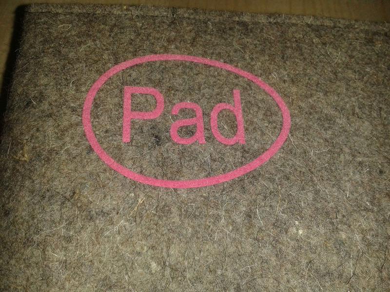 Kleinesbild - Tablet Tasche aus grauem Wollfilz mit kleinem Logo Farbe rosa genäht