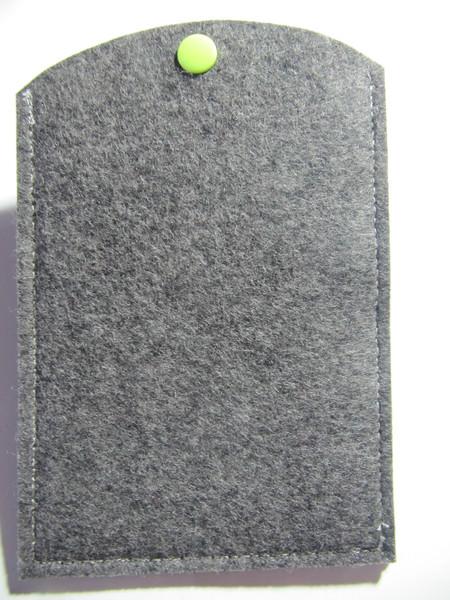 Kleinesbild - Reisepass Hülle aus grauem Wollfilz bestickt mit dem Motiv Gllobus
