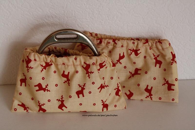 Kleinesbild - Steigbügelschoner, Steigbügelüberzieher, Steigbügelhüllen schont den teuren Sattel, Farbe: beige mit roten Elchen bei Paul & Paulinchen