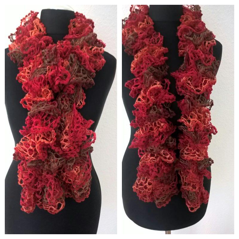 - Handgestrickter Rüschenschal mit Pompon in der Farbe Rot/Lachsrot, Länge 130 cm - Handgestrickter Rüschenschal mit Pompon in der Farbe Rot/Lachsrot, Länge 130 cm