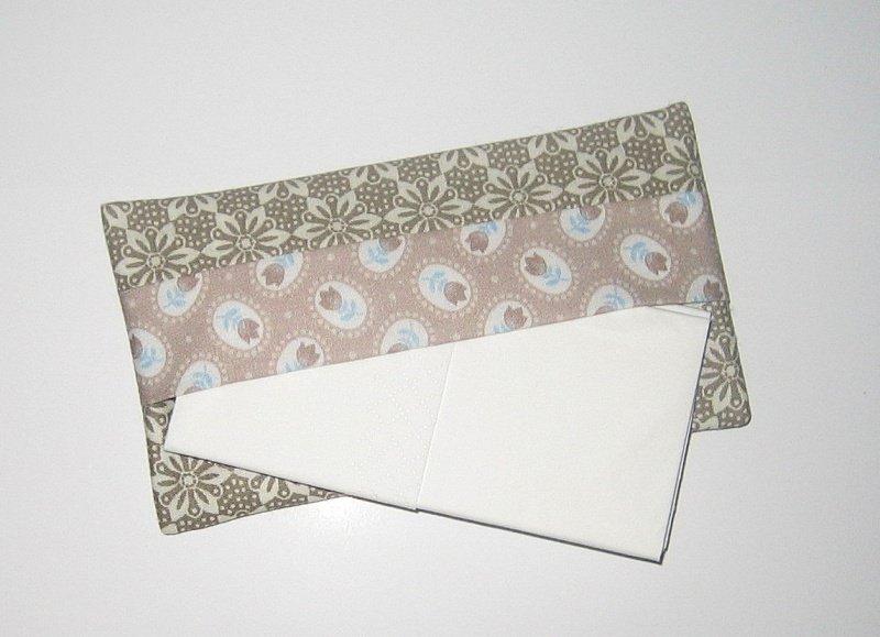 - Taschentücher-Etui light, aus Baumwollstoff mit Innenfutter für die Handtasche    - Taschentücher-Etui light, aus Baumwollstoff mit Innenfutter für die Handtasche