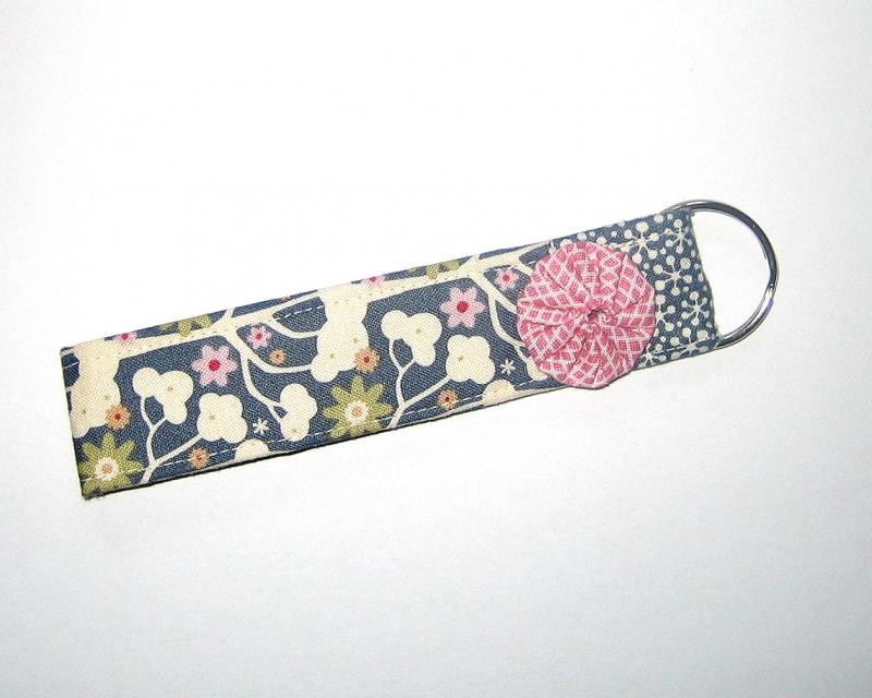 - Schlüsselanhänger, Unikat aus Baumwollstoffen mit zuckersüßer, handgenähter Stoffblume und Metallring     - Schlüsselanhänger, Unikat aus Baumwollstoffen mit zuckersüßer, handgenähter Stoffblume und Metallring