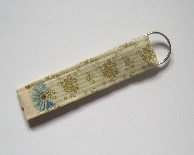 Kleinesbild - Schlüsselanhänger, Unikat aus Baumwollstoffen mit zuckersüßer, handgenähter Stoffblume und Metallring
