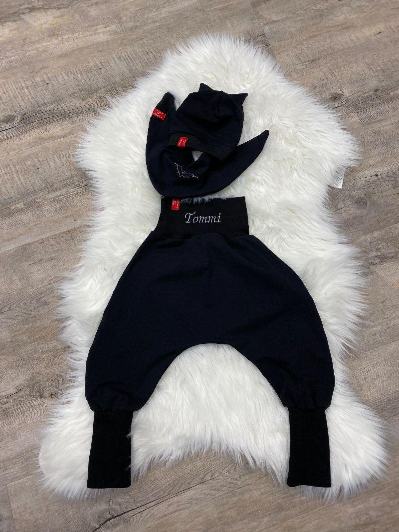 Kleinesbild - Batman Baby Set schwarze Pumphose mit NAME Mütze Tuch Fledermaus